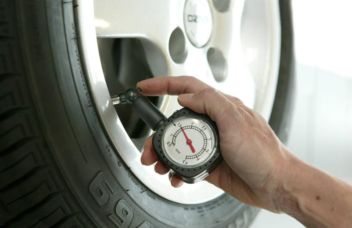 Una baja presión de aire en los neumáticos delanteros